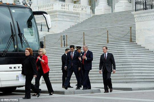 Các nghị sĩ đến Nhà Trắng dự cuộc họp về Triều Tiên. Ảnh: Reuters