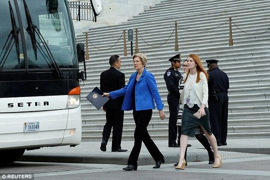 Các nghị sĩ lên xe buýt đến cuộc họp. Ảnh: Reuters