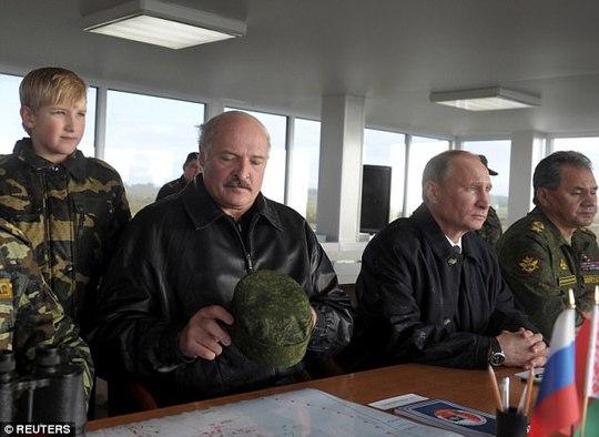 Tổng thống Nga Vladimir Putin trong một chuyến thăm và làm việc tại căn cứ không quân Kaliningrad. Ảnh: Reuters