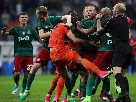 Cầu thủ đánh nhau như phim hành động ở Cúp nước Nga  - Ảnh 1.
