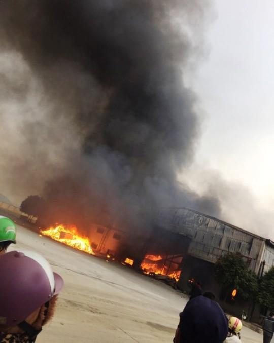 Cháy lớn tại công ty bánh kẹo, 3 người mắc kẹt - Ảnh 1.