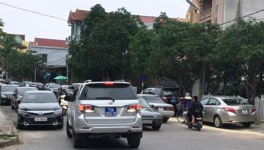 Hàng chục xe biển xanh dự tiệc cưới con trai lãnh đạo tỉnh Quảng Bình - Ảnh 4.