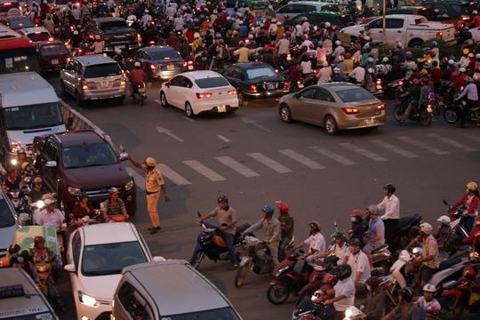 Nhận được tin báo, lực lượng chức năng nhanh chóng huy động lực lượng có mặt tại ngã tư này để phân làn, điều tiết giao thông.