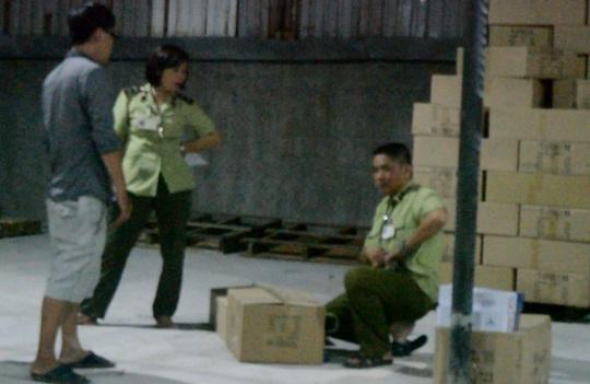 Lực lượng chức năng tiến hành niêm phong các kiện hàng.
