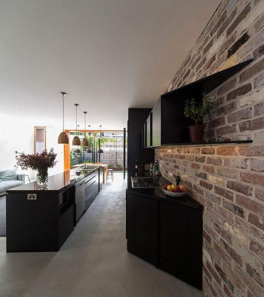 Tường trong nhà bếp được sử dụng là chất liệu gạch tự nhiên không tái tạo thêm điều gì cả.