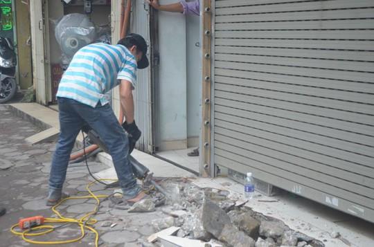 Máy bắn bê-tông tay cũng được huy động xử lý vi phạm lấn chiếm vỉa hè trên phố Nguyễn Lương Bằng