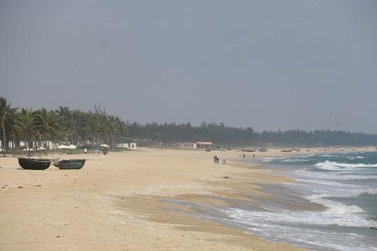 Biển Hà My khá lặng sóng