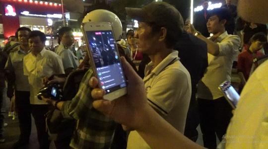Nhiều người dân vây quanh ông Hải để quay clip, phát trực tiếp để chia sẻ với bạn bè.