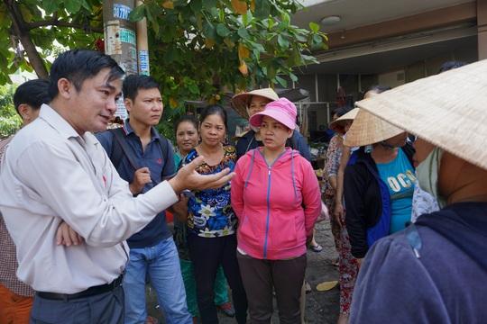 Ông Lê Thanh Bình, Phó Chủ tịch UBND quận Tân Bình, phân tích cho người dân về việc phải bảo đảm trật tự lòng lề đường