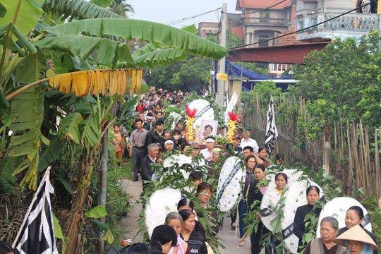 Đoàn người tiễn đưa cháu Nhật Linh về nơi an nghỉ cuối cùng
