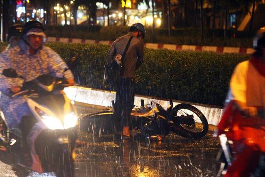 Nam thanh niên vội chạy xe nhanh để tìm chỗ trú mưa dẫn đến trượt bánh, té ngã ngay đoạn dừng đèn đỏ nút giao thông Phạm Văn Đồng - Nguyễn Xí.