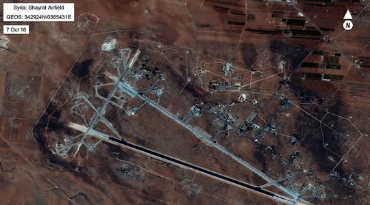 Ảnh chụp căn cứ không quân Al-Shayrat ở tỉnh Homs – Syria hôm 6-4. Ảnh: REUTERS