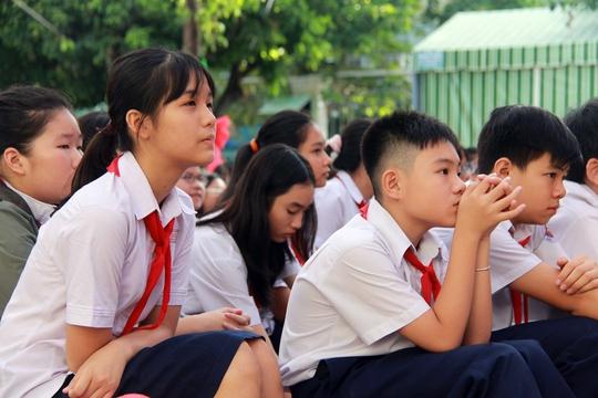 Nhiều học sinh chăm chú theo dõi phiên tòa giả định.