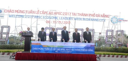 Chủ tịch nước Trần Đại Quang cùng các đại biểu bấm nút khởi động đồng hồ đếm ngược chào mừng Tuần lễ cấp cao APEC 2017 tại Đà Nẵng