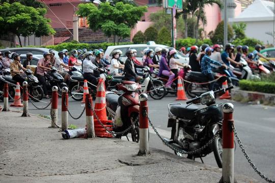 Trong số đó, hai đường Lê Lai, Phạm Ngũ Lão (quận 1) được chuyển thành 1 chiều theo hướng từ quận 1 về quận 5. Lực lượng chức năng đã dựng rào chắn, lắp đặt biển báo giao thông.