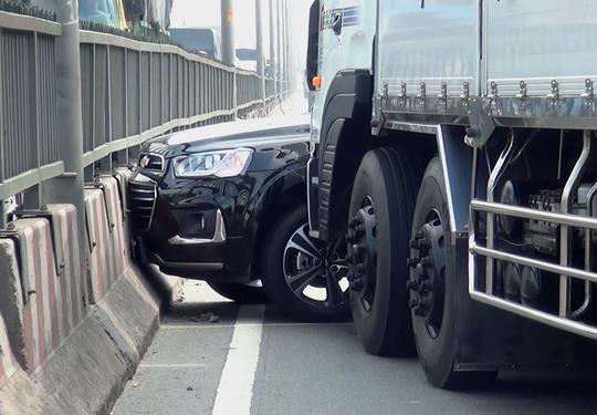 Chiếc xe 7 chỗ xoay ngang, dính chặt vào đầu xe tải sau vụ va chạm