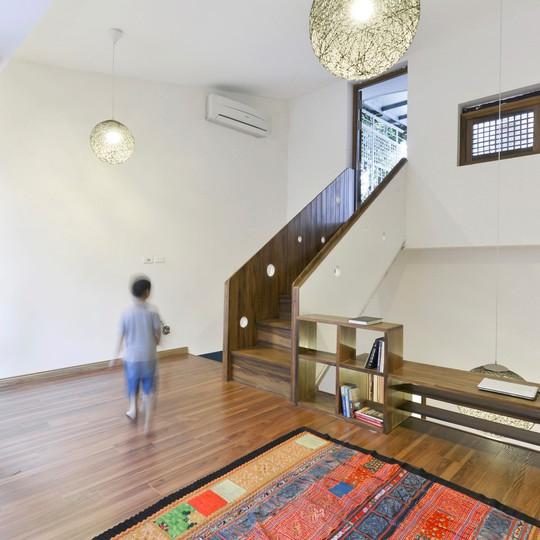 Tầng 2 căn nhà có lối lên thẳng sân thượng, nơi gia chủ sử dụng làm vườn cây và không gian tiếp khách ngoài trời.