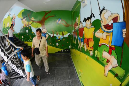 Nhiều bức tranh phù hợp với lứa tuổi nhi đồng được vẽ lên các bức tường.