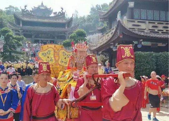 """Ba tượng thần Trung Quốc """"đáp"""" máy bay tới Malaysia - Ảnh 2."""