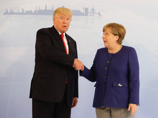 Tổng thống Donald Trump đã bắt tay bà Merkel - Ảnh 1.