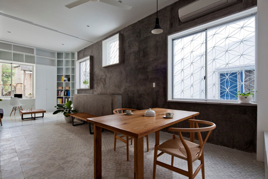 Căn nhà nhiều cửa sổ lạ mắt giống lồng chim giữa con hẻm Sài Gòn - Ảnh 4.