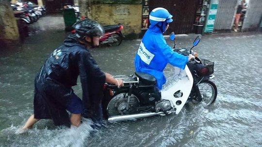Mưa lớn, dân bì bõm trên nhiều tuyến phố  Hà Nội ngập sâu - Ảnh 1.