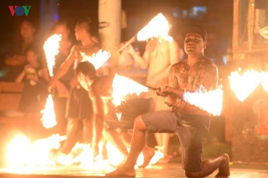 Những người đùa với lửa ở Thái Lan - Ảnh 4.