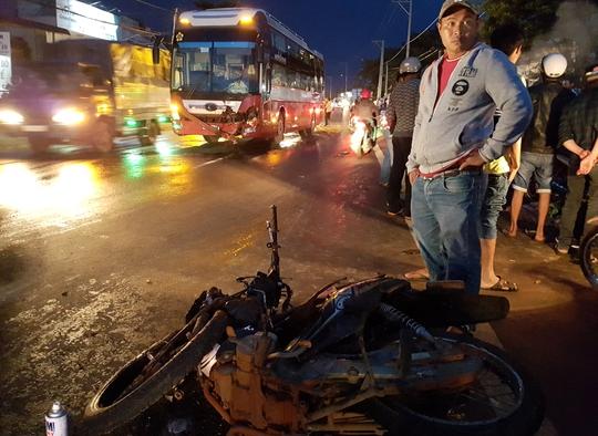 Xe máy đối đầu xe khách, 1 người tử vong - Ảnh 1.