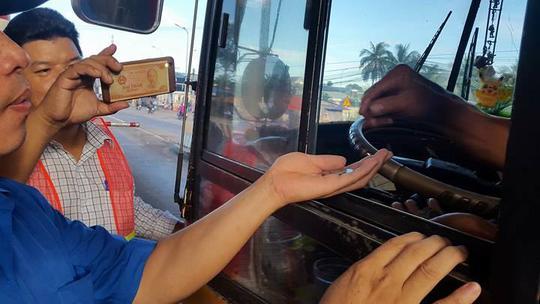 Tài xế đưa tiền lẻ tại BOT Biên Hòa: Bị dọa tước logo xe? - Ảnh 1.