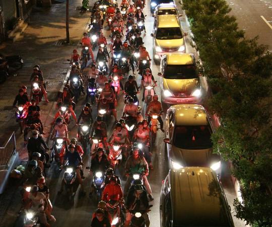 Kẹt xe dữ dội trên đường Phạm Văn Đồng tối cuối tuần - Ảnh 6.