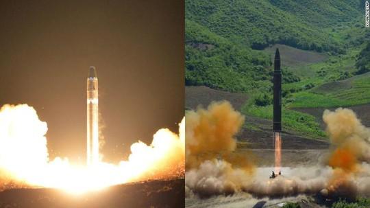 Ông Kim Jong-un như người tí hon bên cạnh tên lửa mới - Ảnh 3.