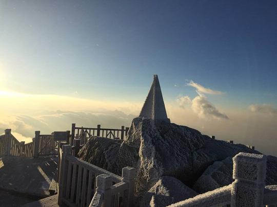 Cận cảnh đỉnh Fansipan trắng xóa trong băng tuyết - Ảnh 4.