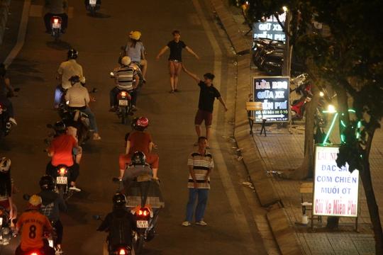 Cảnh nhân viên lao ra đường chặn xe, chèo kéo khách diễn ra trước đây.