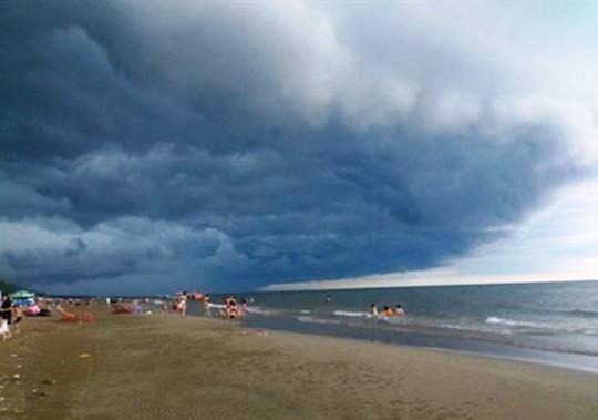 Tranh cãi về đám mây đen kịt hình thù kỳ lạ trên biển Sầm Sơn - Ảnh 7.
