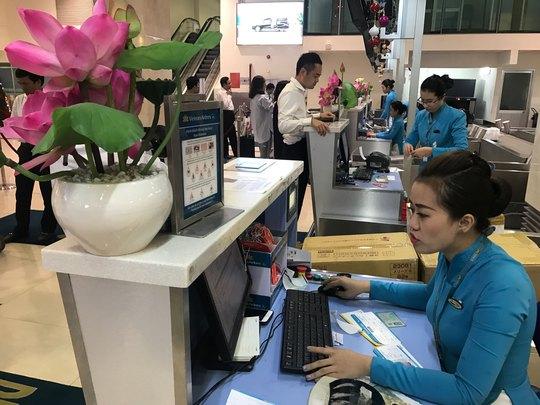 Hành khách làm thủ tục check-in tại sân bay Tân Sơn Nhất Ảnh: NGÂN ANH