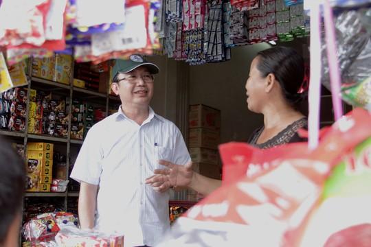 Ông Trần Thế Thuận - Chủ tịch UBND quận 1, TP HCM - hỏi thăm tình hình buôn bán của tiểu thương phường Cầu Ông Lãnh Ảnh: SỸ ĐÔNG