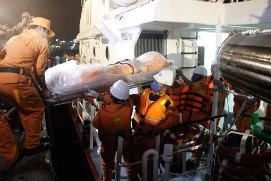 Tàu SAR 272 đưa thi thể thuyền viên Lương Văn Quỳnh vào đất liền