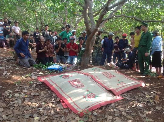 Thi thể các nữ sinh bị đuối nước tại Gia Lai được đưa lên bờ vào ngày 29-3Ảnh: HOÀNG THANH