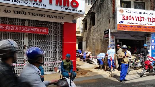Lực lượng chức năng túc trực bảo vệ hiện trường khu vực nứt, trượt đất