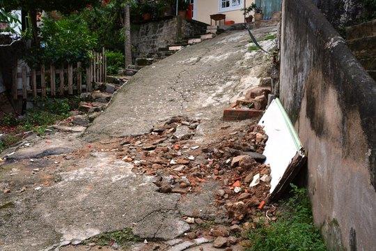 Hẻm nhà dân bị xới tung do hiện tượng nứt, trượt đất