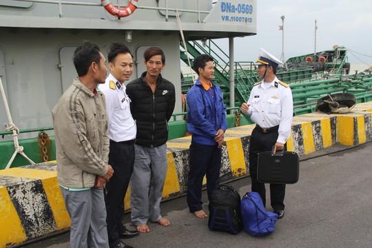 Kịp thời cứu 4 ngư dân Quảng Bình bị chìm tàu trên biển - Ảnh 1.