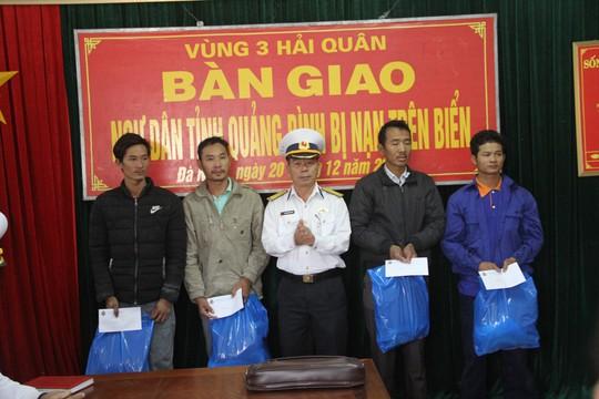 Kịp thời cứu 4 ngư dân Quảng Bình bị chìm tàu trên biển - Ảnh 2.