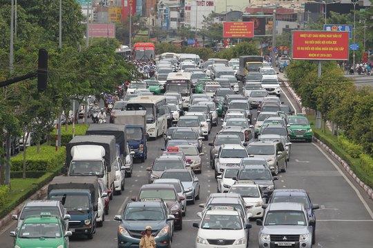 Nếu thuế bảo vệ môi trường với xăng, dầu tăng thì chắc chắn chi phí vận tải, hàng hóa, hành khách sẽ tăng theo Ảnh: HOÀNG TRIỀU