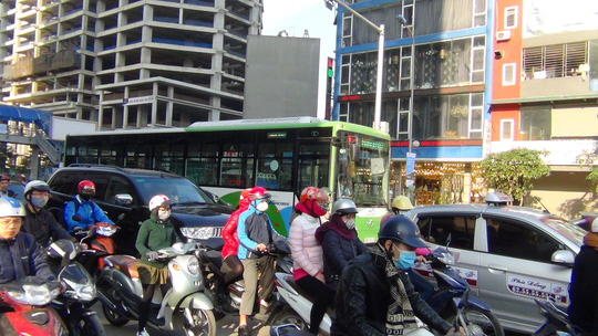 Tuyến xe buýt nhanh Kim Mã - Yên Nghĩa (Hà Nội) luôn phải chen chúc cùng các loại phương tiện khác
