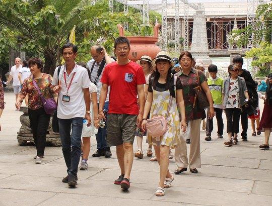 Hướng dẫn viên Việt Nam dẫn đoàn khách Trung Quốc tham quan Nha Trang