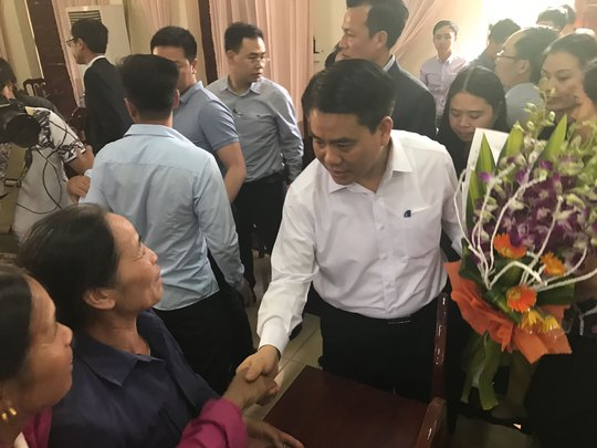 Chủ tịch UBND TP Hà Nội Nguyễn Đức Chung bắt tay người dân xã Đồng Tâm tại buổi đối thoại Ảnh: MẠNH HÀ