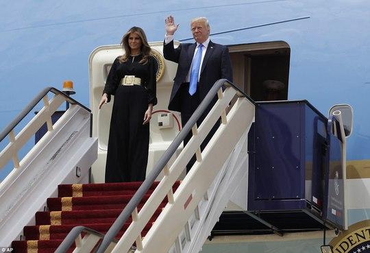 Quốc vương Ả Rập Saudi ra tận sân bay đón ông Trump - Ảnh 2.