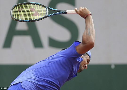 Kyrgios đập nát vợt trước mặt trẻ em vì thua trận - Ảnh 3.