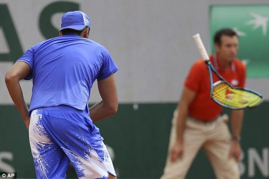 Kyrgios đập nát vợt trước mặt trẻ em vì thua trận - Ảnh 4.