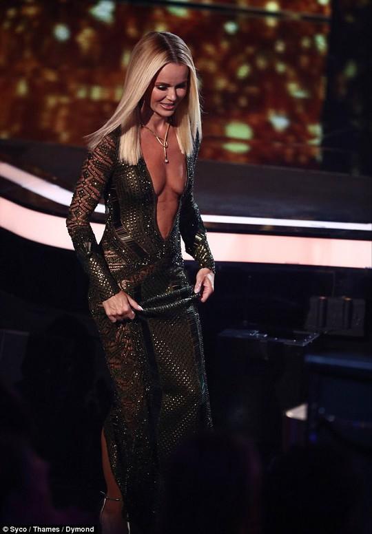 Amanda Holden bị chỉ trích dữ dội vì mặc hở - Ảnh 4.